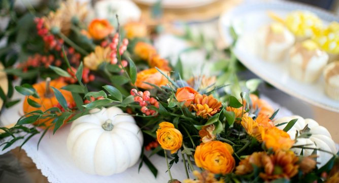 How to Set a Perfect Friendsgiving Dinner Table