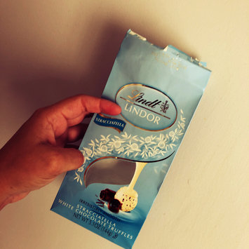 Photo of Lindt Lindor Stracciatella Chocolate uploaded by Jéssica S.