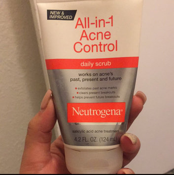 Neutrogena All-in-1 Acne Control Daily Scrub uploaded by Evelyn Z.