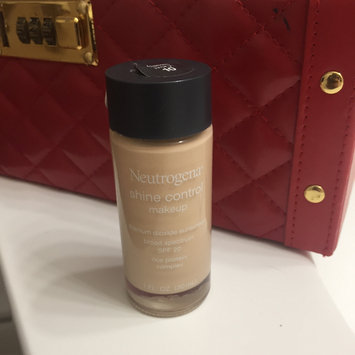 Photo of Neutrogena® Shine Control Liquid Makeup SPF 20 uploaded by Luisa F.
