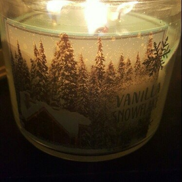 Bath & Body Works 3-Wick Candle 2016 Winter Edition Vanilla Snowflake [] uploaded by Ruth V.