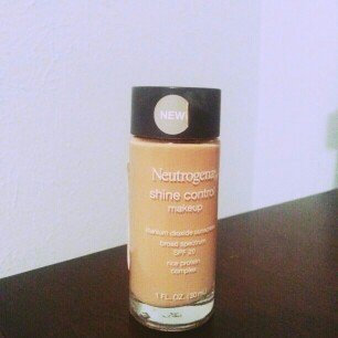 Photo of Neutrogena® Shine Control Liquid Makeup SPF 20 uploaded by Jocelyn H.