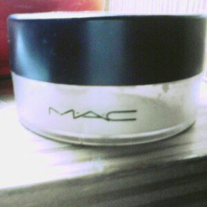 Photo of MAC Mineralize Loose Powder Foundation uploaded by Carleimy Benavides
