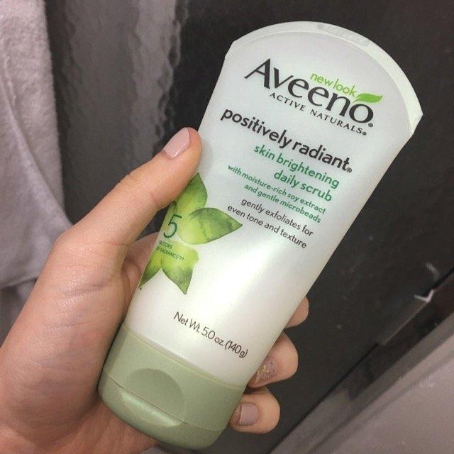 Aveeno Positively Radiant Skin Brightening Daily Scrub uploaded by Laura  C.