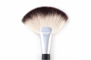 BH Cosmetics The Deluxe Fan Brush