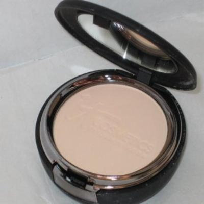 It Cosmetics Celebration Foundation in Fair .30oz Compact
